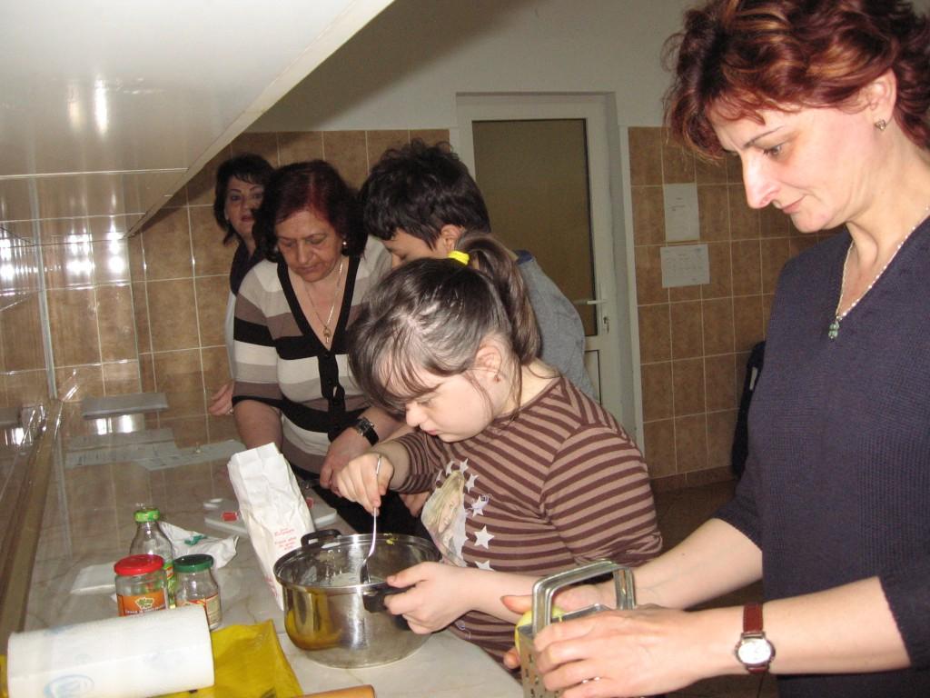"""""""Învăţăm să facem prăjituri împreună"""", activitate culinară- clasa a VI-a B"""
