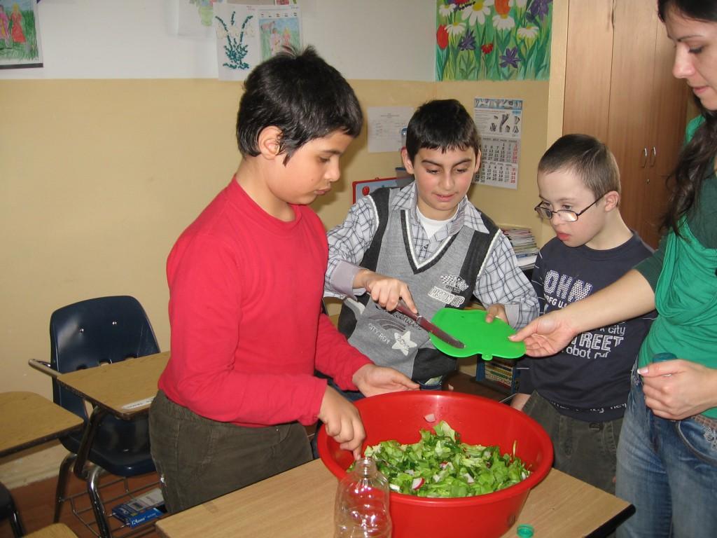 """""""Pregătim salata"""" - activitate culinară, cl.a III-a"""
